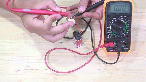 Sử dụng đồng hồ vạn năng để kiểm tra điện