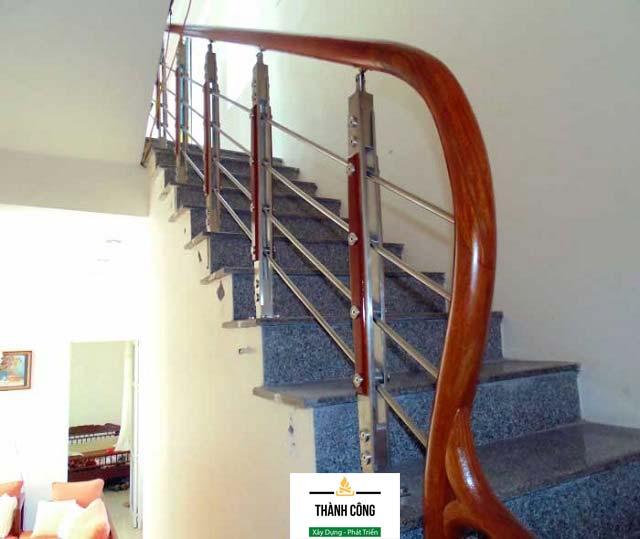 Mẫu cầu thang inox tay vịn gỗ sang trọng